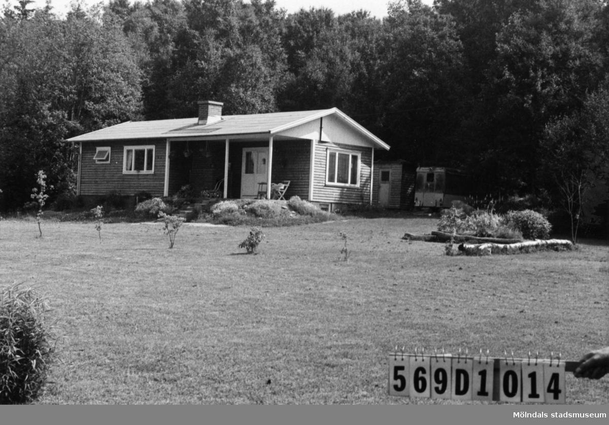 Byggnadsinventering i Lindome 1968. Gårda 2:78. Hus nr: 569D1014. Benämning: permanent bostad, redskapsbod och trasig husvagn. Kvalitet, bostadshus: mycket god. Kvalitet, redskapsbod: mindre god. Kvalitet, husvagn: dålig. Material: trä. Tillfartsväg: ej framkomlig. Renhållning: soptömning.