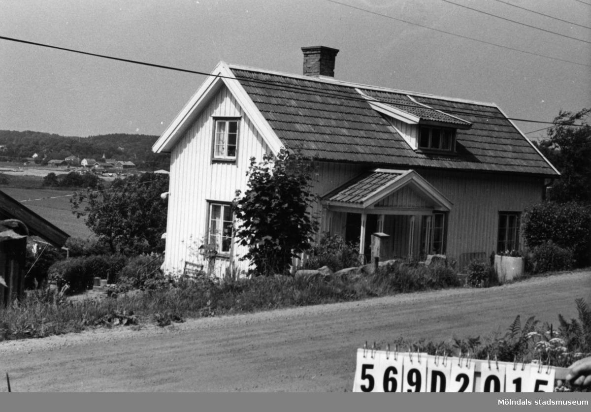 Byggnadsinventering i Lindome 1968. Lindome 5:5 III. Hus nr: 569D2015. Benämning: permanent bostad och ladugård. Kvalitet, bostadshus: god. Kvalitet, ladugård: mindre god. Material: trä. Övrigt: på motstående sidan av vägen en husgrund utnyttjad som tvättstuga. Mycket fint. Tillfartsväg: framkomlig.