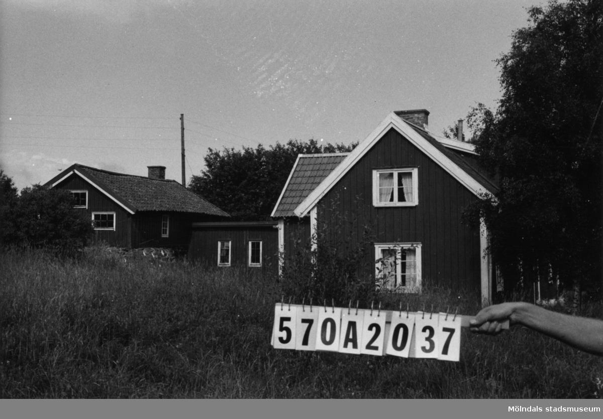 Byggnadsinventering i Lindome 1968. Annestorp 6:16. Hus nr: 570A2037. Benämning: permanent bostad och två redskapsbodar. Kvalitet: mindre god. Material: trä. Tillfartsväg: framkomlig.