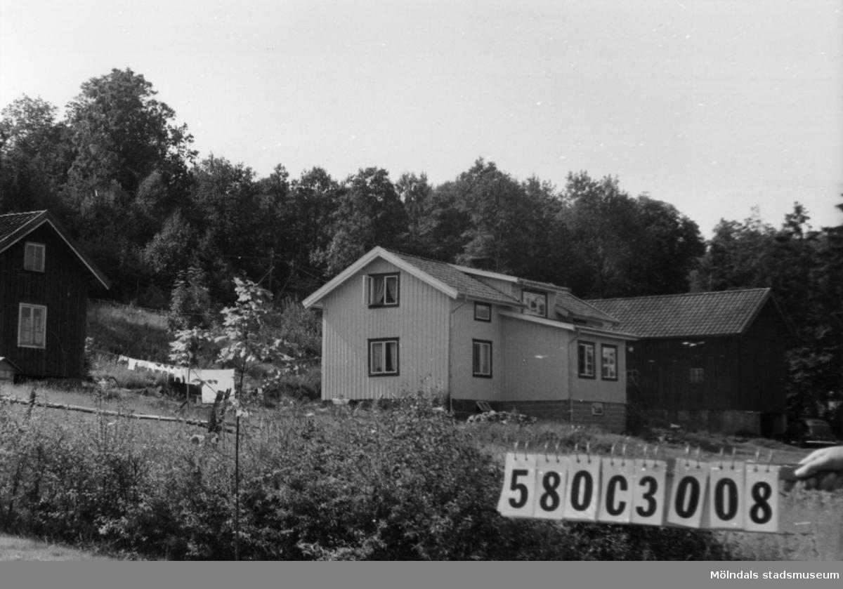 Byggnadsinventering i Lindome 1968. Strekered 1:8. Hus nr: 580C3008. Benämning: permanent bostad, ladugård och redskapsbod. Kvalitet, bostadshus: god. Kvalitet, ladugård och redskapsbod: mindre god. Material: trä. Tillfartsväg: framkomlig. Renhållning: soptömning.