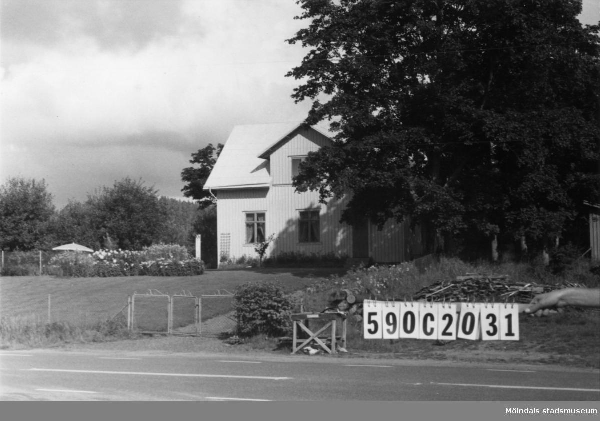 Byggnadsinventering i Lindome 1968. Torvmossared 1:11. Hus nr: 590C2031. Benämning: permanent bostad och redskapsbod. Kvalitet: god. Material: trä. Övrigt: f.d. skola. Tillfartsväg: framkomlig.