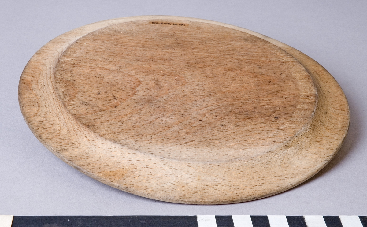 Tallrik, svarvad av trä. Flat modell med 33 mm brett brätte.
