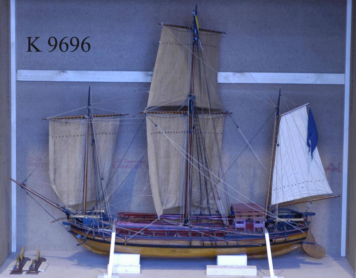 Fartygsmodell av chebeck för den svenska skärgårdsflottan med tretungad blå örlogsflagg. Tre master. Två kanoner i fören, två i aktern.  En chebeck (på franska: chébec, ytterst ett arabiskt ord) är ett långsmalt last- eller fiskefartyg, två- eller tremastat med latinsegel, som härstammar från medelhavsländerna. Chebecken användes under 1700-talet även av den både den svenska och ryska skärgårdsflottan. De svenska konstruerades av af Chapman.