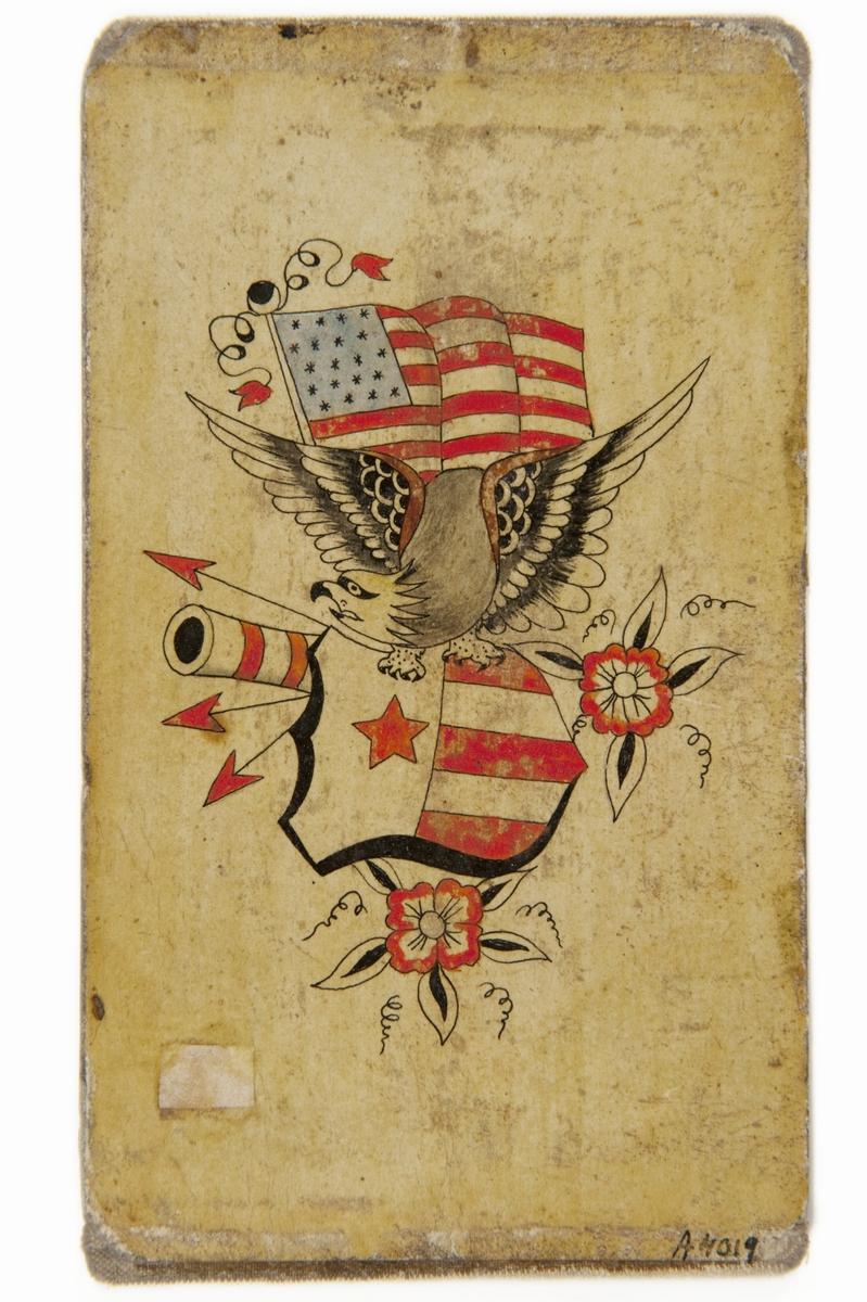 Tatueringsförlaga. En örn med en amerikansk sköld i klorna framför en amerikansk flagga. I bakgrunden ett kanonrör, tre pilar och två röda blommor.