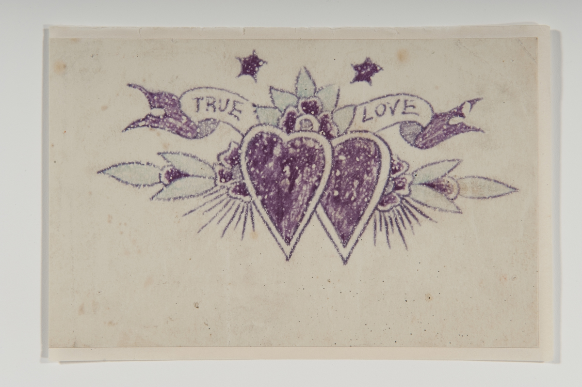 """Tatueringsförlaga. Två hjärtan mot bakgrund av en blomstergirland och en banderoll med påskriften """"TRUE LOVE"""". Överst två stjärnor.  """"""""True love"""" lyder texten på den här sjömanstatueringen. Och den ska nog tolkas som just det. En klassisk kärlekssymbol.""""  Text från appen """"Tatuera dig med Sjöhistoriska"""" som gjordes i samband med utställningen Tro, hopp och kärlek 2012."""