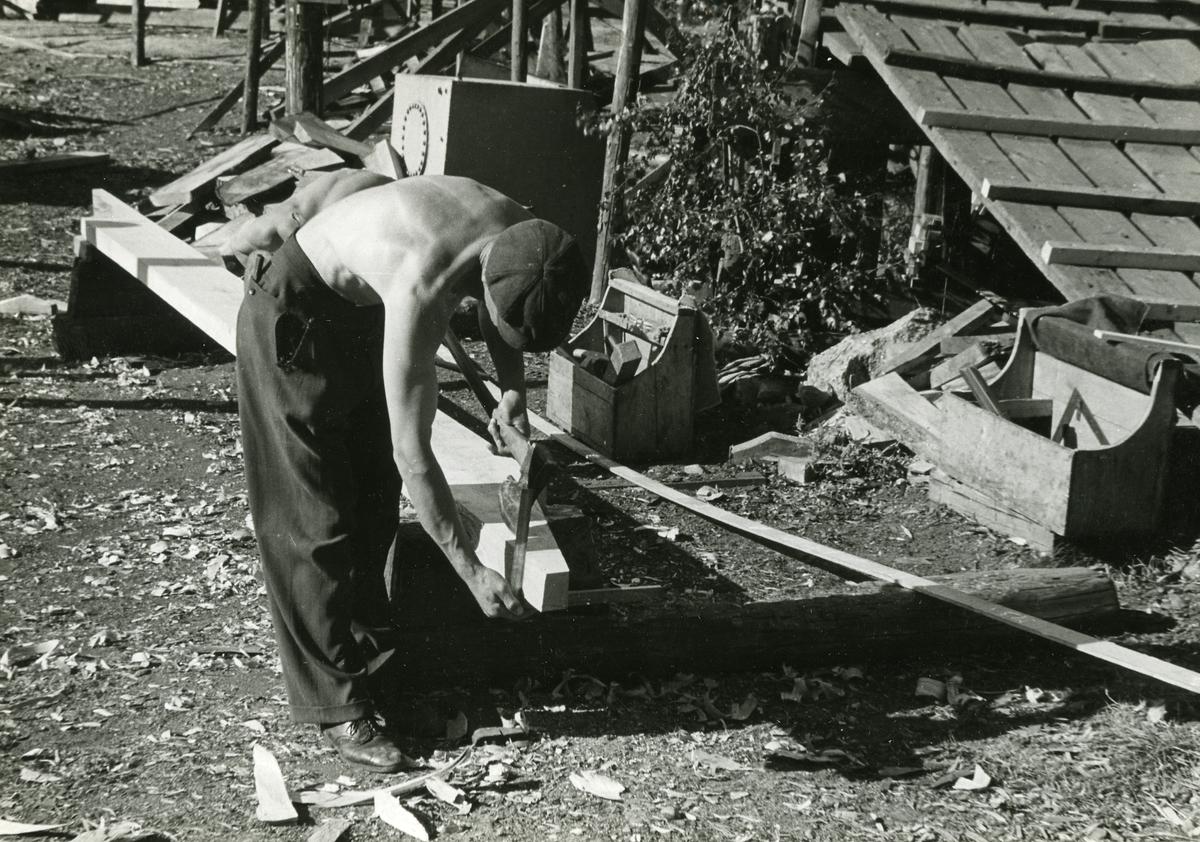 """Sjötorps varv. """"Bjälkväggen"""" (balkvägarna) """"lagas till"""". Med """"mallstocken"""" (ställbar vinkel) har """"skeven"""" tagits ut mot bordläggningen och överförts på Plankans kanter."""