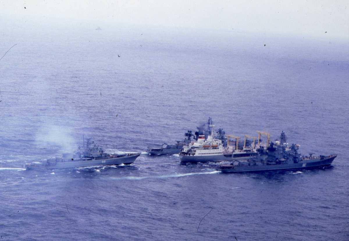 Russiske fartøyer av Boris Chilikin - klassen (sivilt fartøy), Kresta II - klassen (på begge sider av sivilt fartøy) og Krivak - klassen (bakerst).