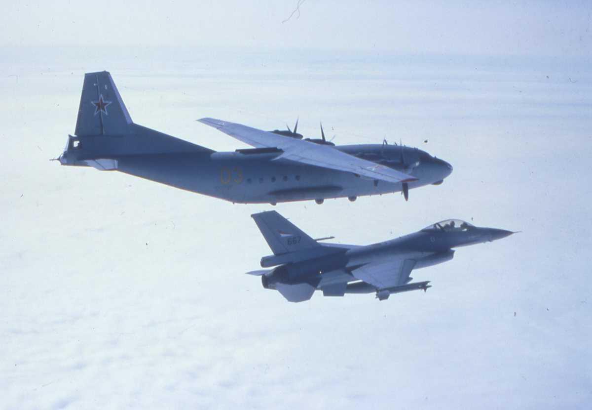 Russisk fly av typen Cub med nr. 03 og en F-16 i forgrunnen med nr. 667.