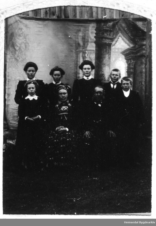 Fyrste rekke frå venstre: Vilhelm P. Støyten (1847-1918), gift med Kirsti Sjurdsdotter Venåsbakka (1858-19419.  Ragnhild, fødd 1897 står ved sida av mora. Bak frå venstre borna elles: Rangdi, fødd 1893; Kirsti, fødd 1888, gift med Sletten; Heline, fødd 1890, gift Vente; Per, fødd 1892 og Syver, fødd 1895.