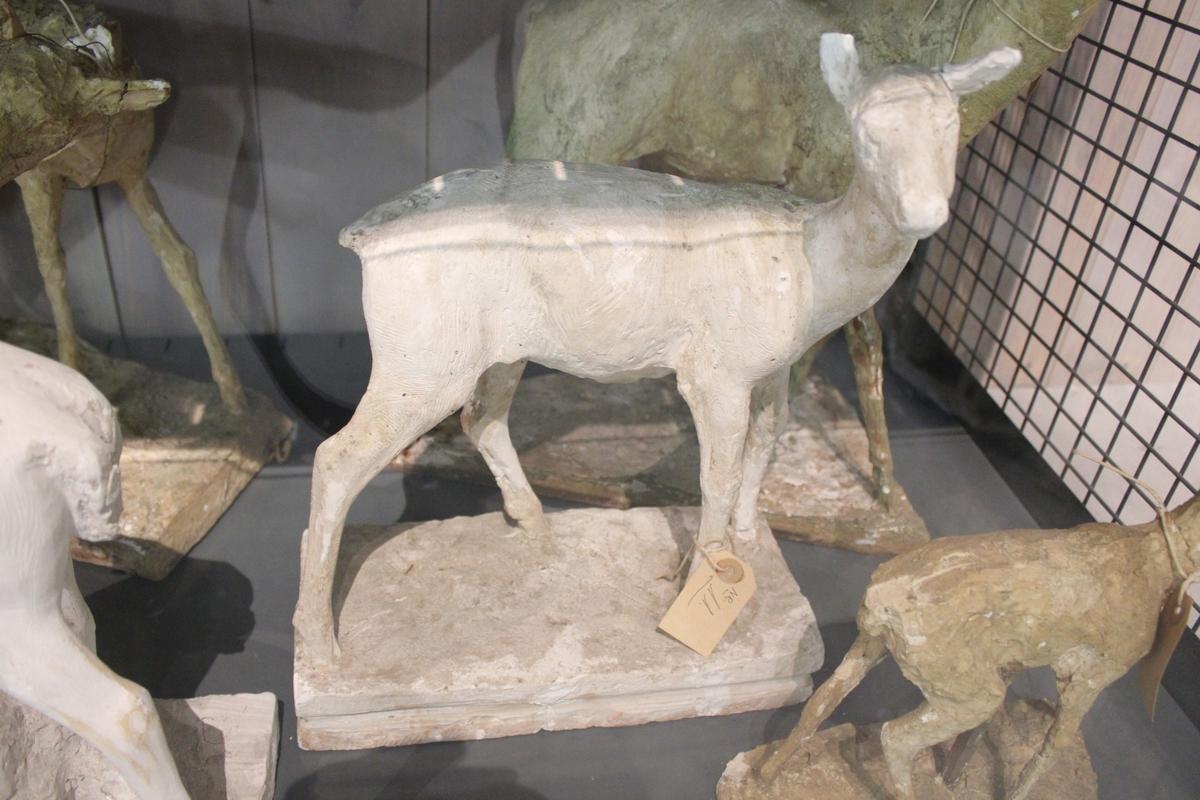 "Skulptur i gips. Tittel: ""HJORTEHIND""."