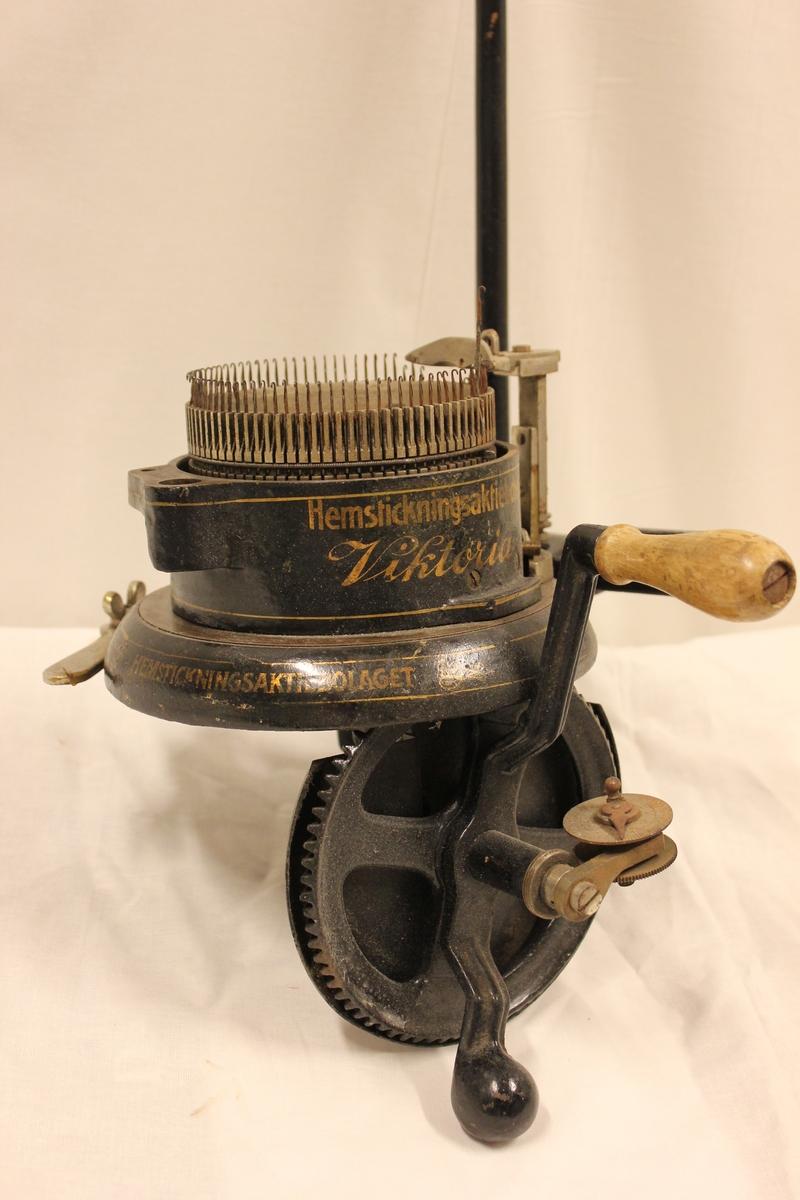 Rundstrikkemaskin med tilbehør. Fra a - h