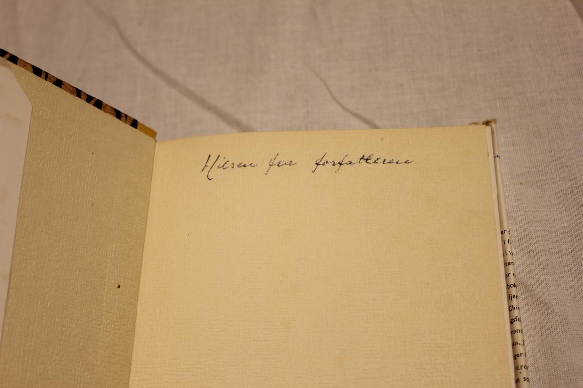 """Tittel """"DEN RØDE LOTUS"""". A/S Gry Forlag 1957. Johansen & Nielsen. Oslo. Omslag av Gunnar Bratlie. Inskripsjon: """"Hilsen fra forfatteren"""". Gave fra A. Aavik til sine besteforeldre."""