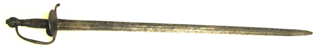 Form: Har tveega klinge. 1 kaarde.  Kaarde med jernfæste og 82 cm lang tveegget klinge. Fra ca. 1700.  Kjöpt av gaardbr. Hans Kvigne, Erdal, Lærdal.