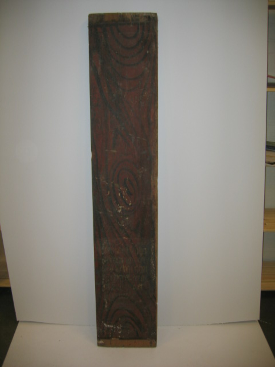 2 fjeler fra en altertavle (12943 - 44).  To fjeler fra den gamle kirke i Fjærland, nedrevet ca 1860. Fjelerne har været brukt til seng og er overmalet, men den ældre maling på kridtgrunn skinner igjennem. Innskription fra ca 1650 - 1700: Innstiftelsesordene ved nadverden, hvilket tyder på at fjelerne har tilhört en altertavle. Der må ha været 3 eller 4 slike fjeler i altertavlen og er nuværende to nr 1 og 3, eller 1 og 4(?). Fjelerne er av furutræ og neppe klövet med sag, formentlig kileklövet. Nuværende dimensioner 173,7 x 35 cm og 167,5 x 31,5.  Gave fra gårdbruker Endre E. Distad, Fjærland ved hoteleier O. Dahle, Fjærland.