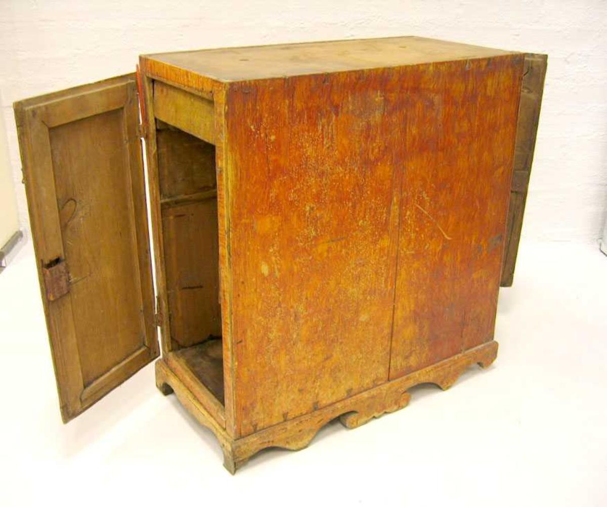 Form: 2 under/sideskap med skriveplate