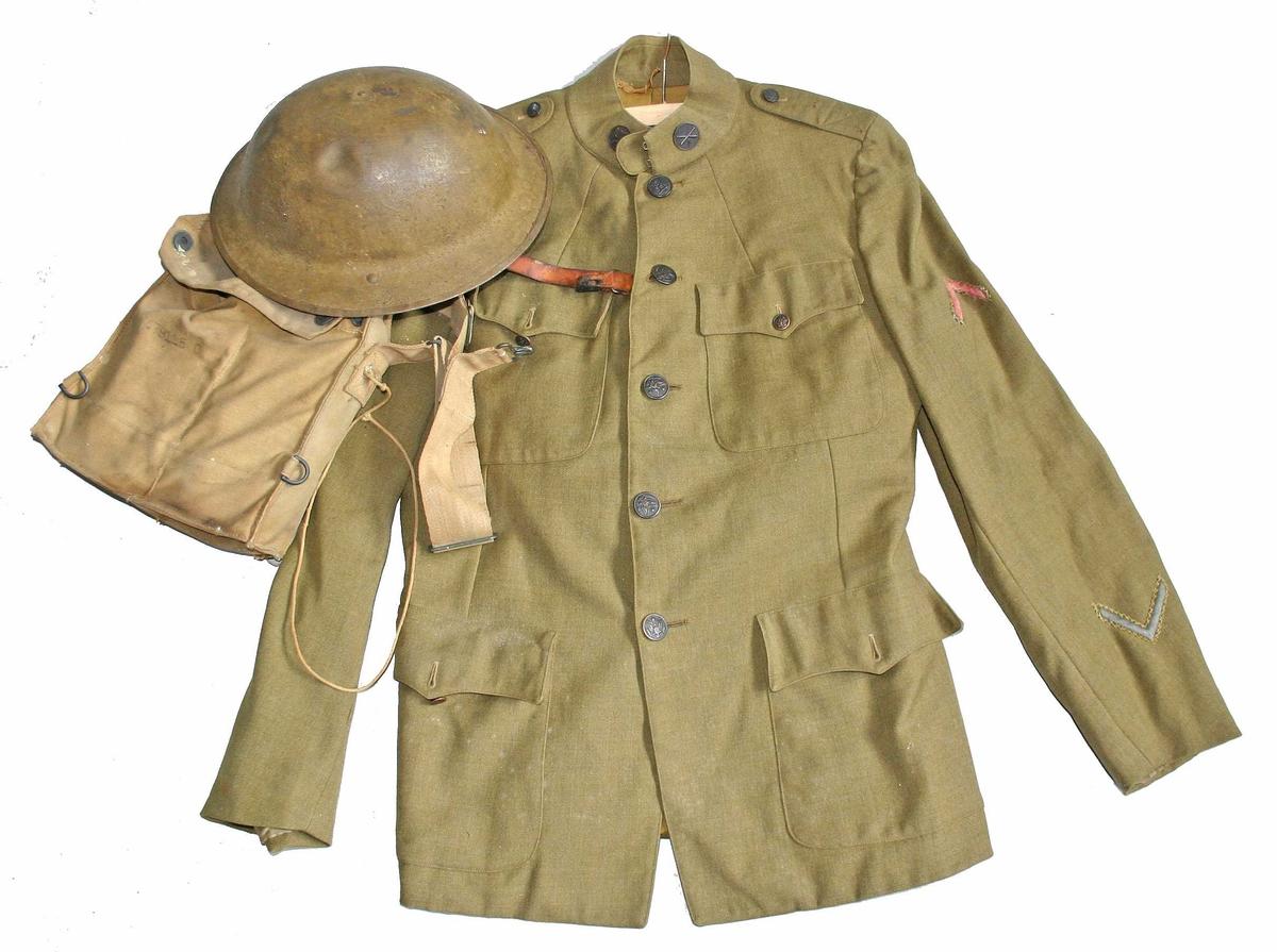Bukse, jakke, hjelm og veske med gassmaske. Vedlagdt foto/kopi av dipolm.
