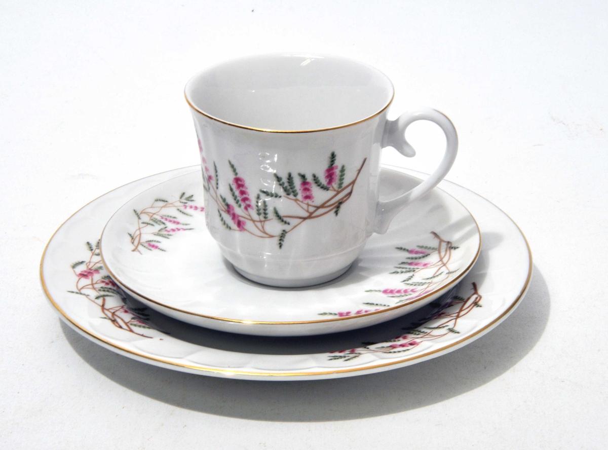 Kaffeservise med stilisert blomstermotiv - gullrand rundt kant på både kopp, asjett og tefat..  12 koppar - 12 tefat - 12 asjett