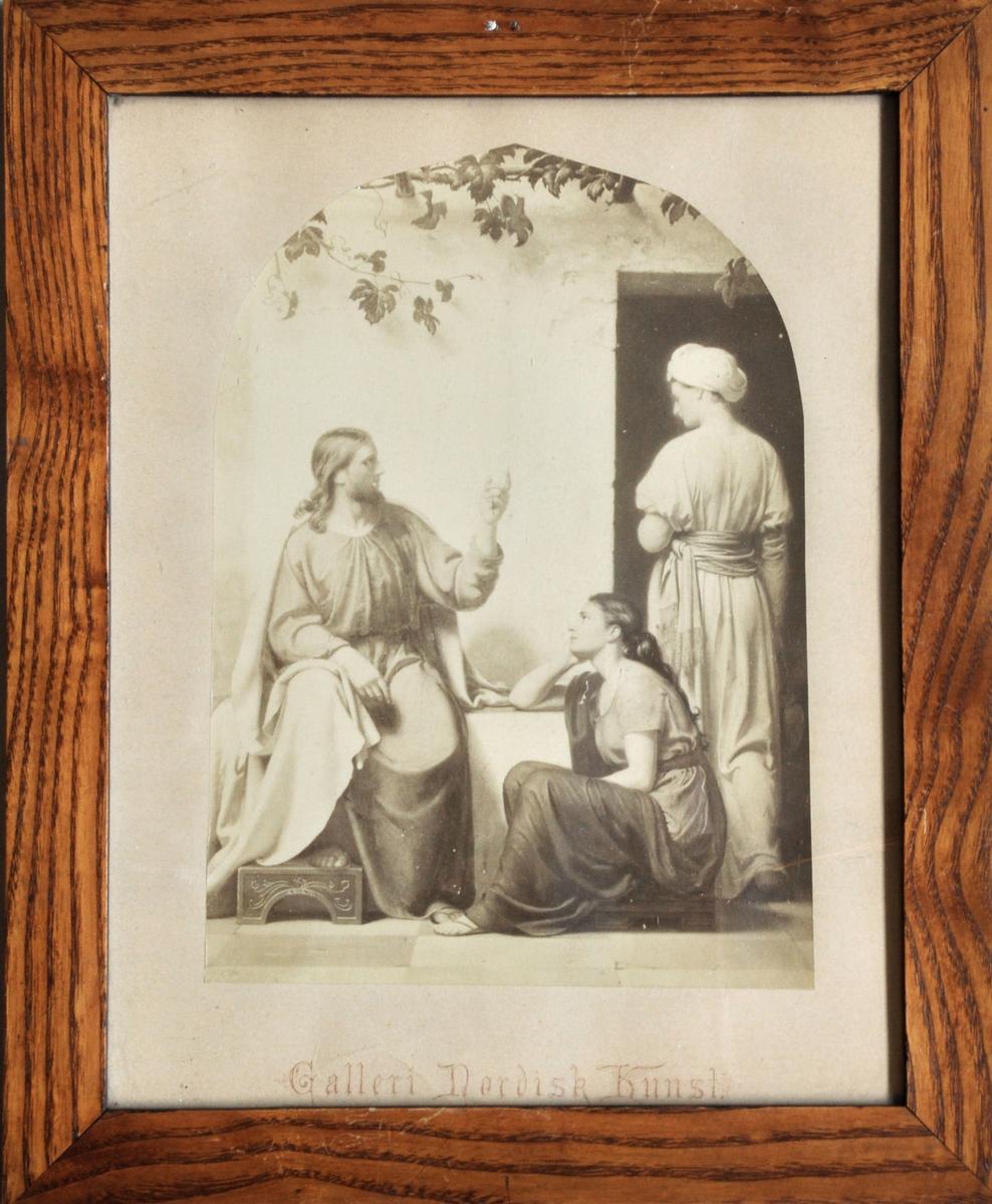 Jesus sitt med heve hand og finger mot ei ståande kvinne, mens ei anna kvinne sit på ein låg benk og ser opp på han. Klede og sitl er klassisistisk.