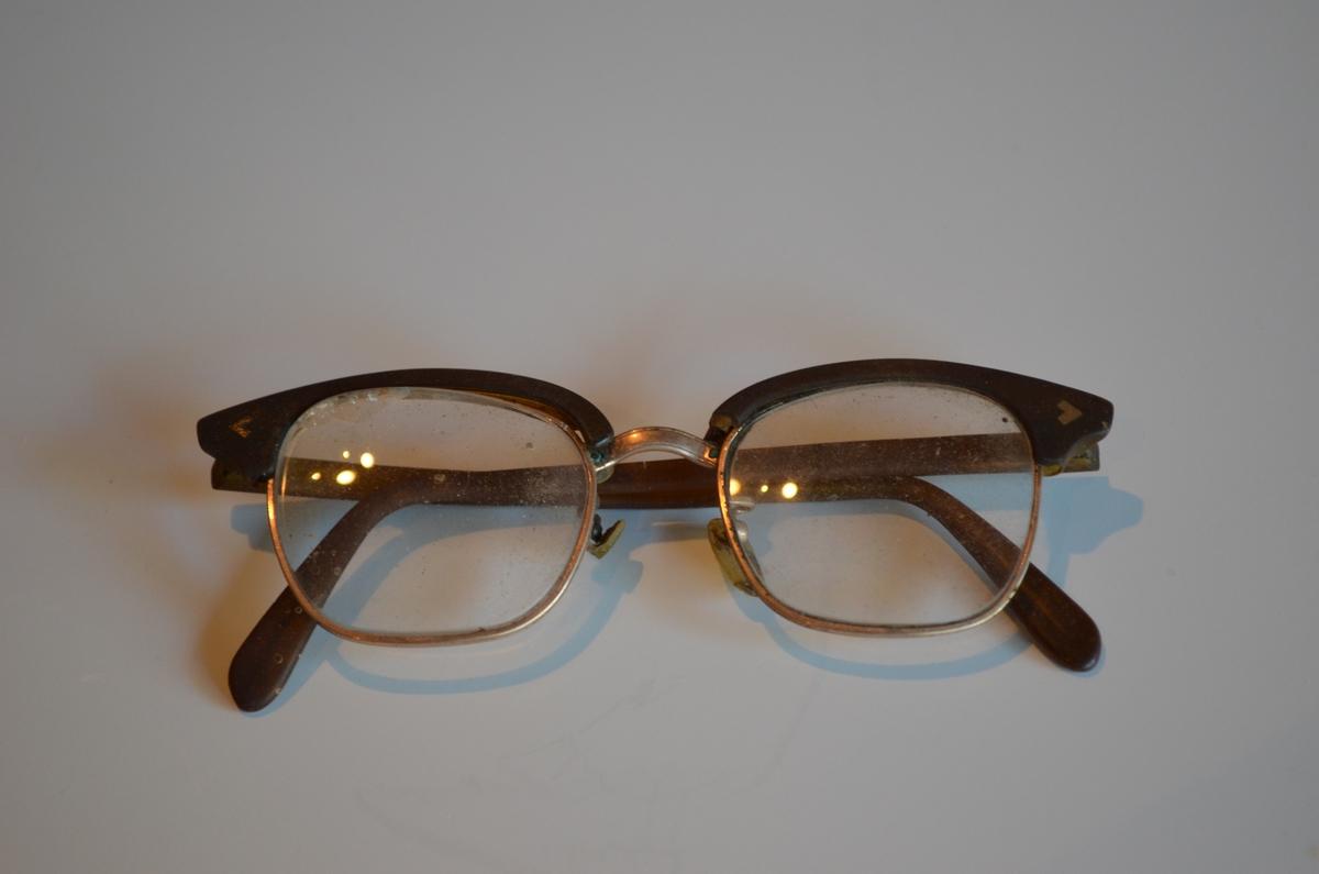 Briller ligg i etui: KSF.009617