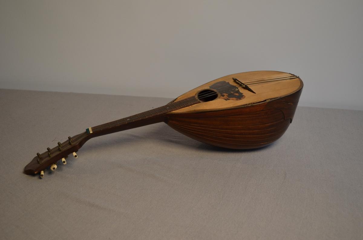 Slitt mandolin der sjølve kassa byrjer å sprekke. Den manglar 3 strenger.