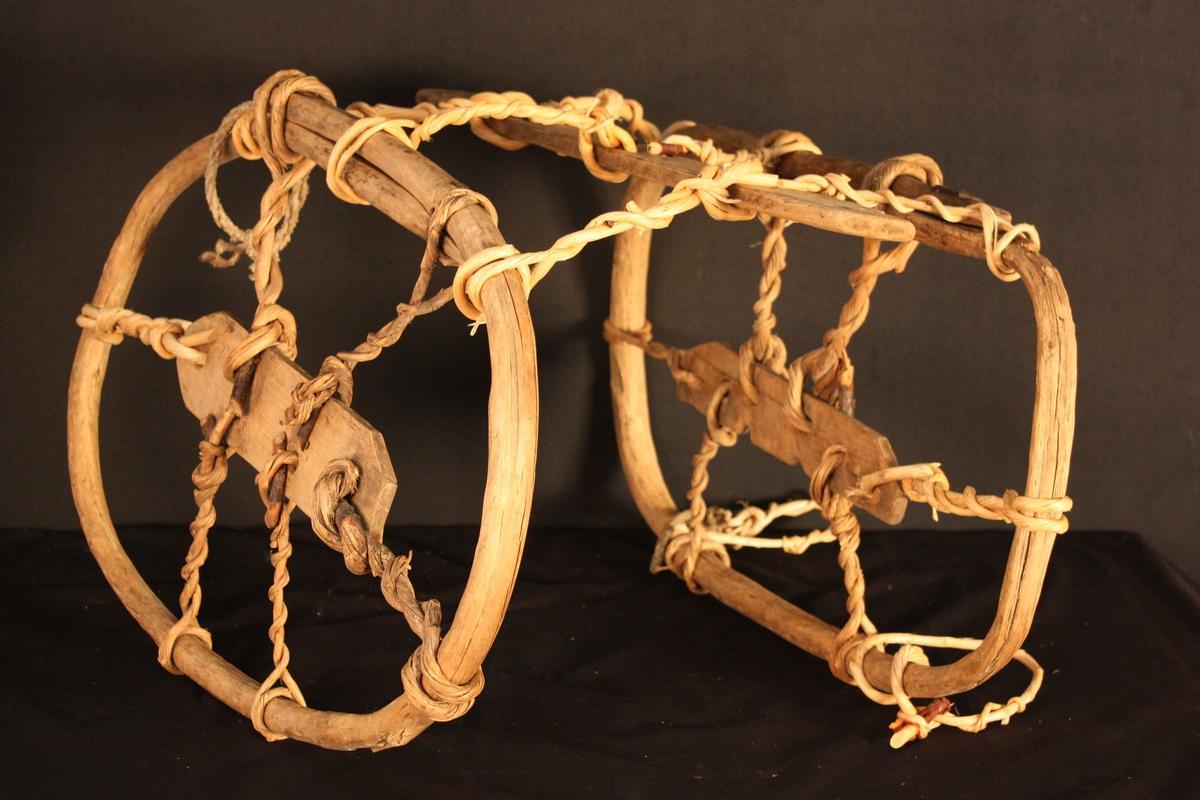 Form: to treringar som ein bind saman med vidjer og legg over hesten til å feste kløva i