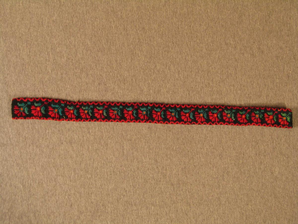Form: Rektangulær. Krossting på stramei. For av raudt og kvitt stripa bomullsstoff