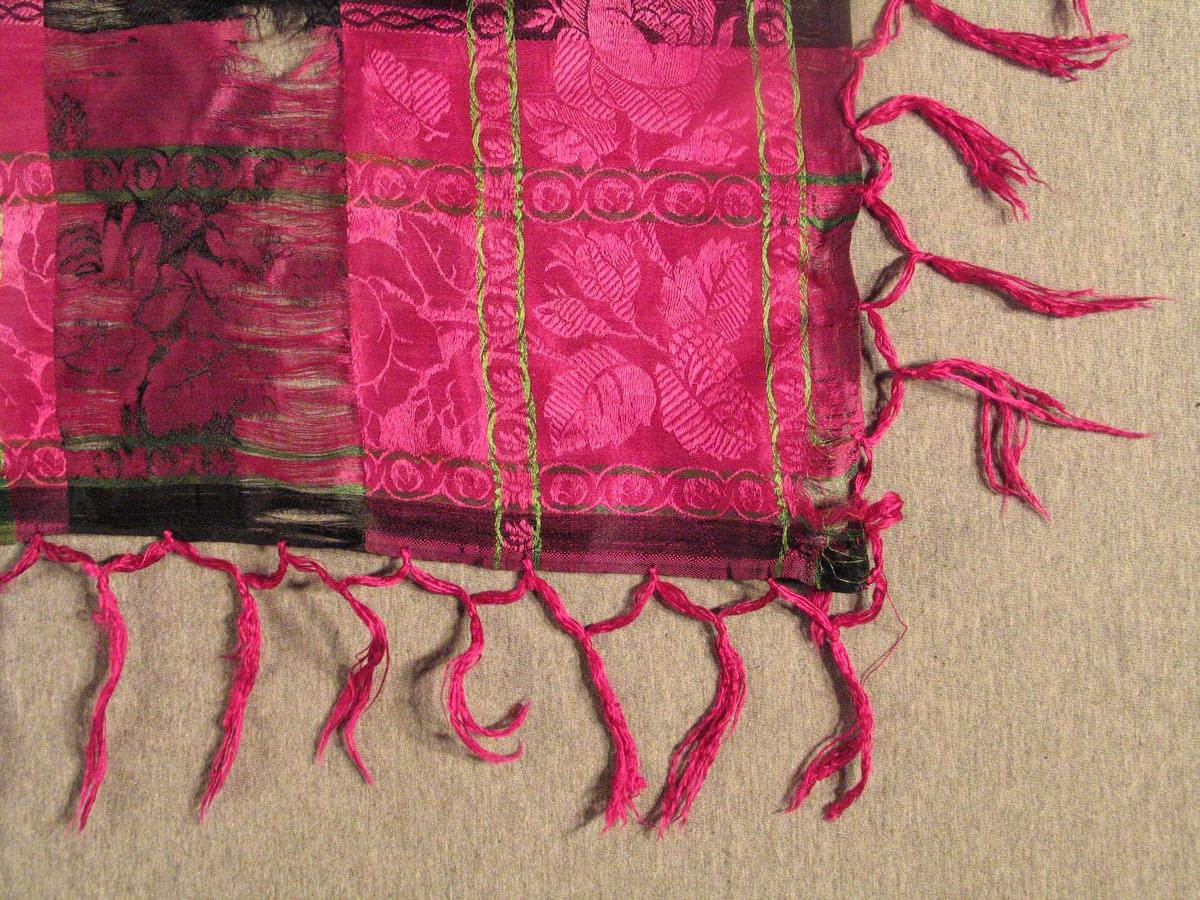 Form: Kvadratisk m/frynser. Ruter med damaskvovne roser og border.
