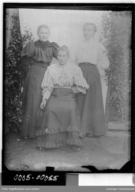 Gruppebilde av tre kvinner.