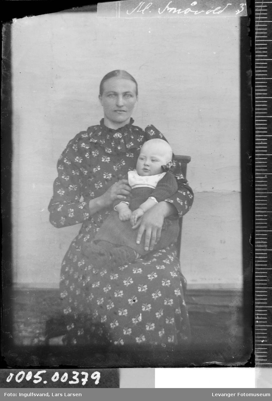 Portrett av kvinne og spedbarn.
