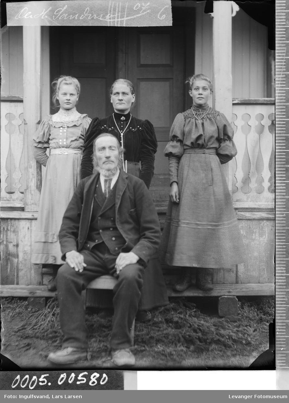 Gruppebilde av en mann og tre kvinner.
