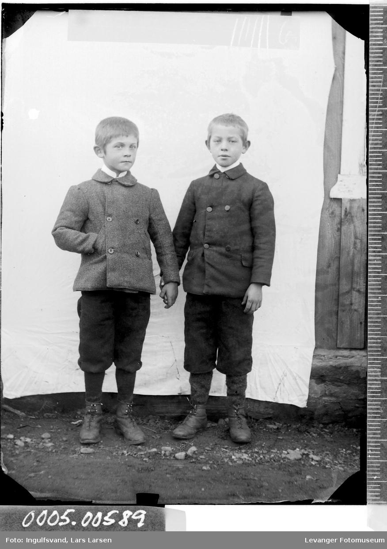 Portrett av to gutter i helfigur.