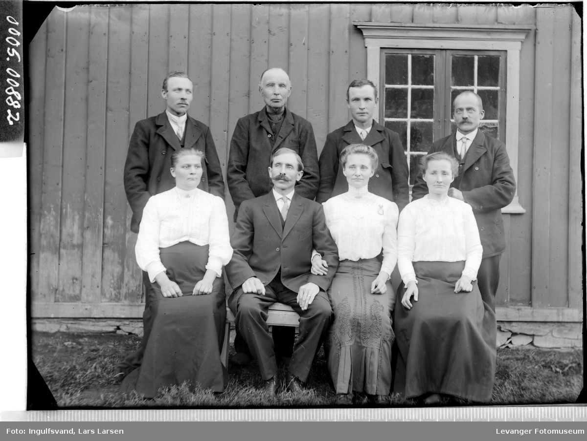 Portrett av fem menn og tre kvinner.