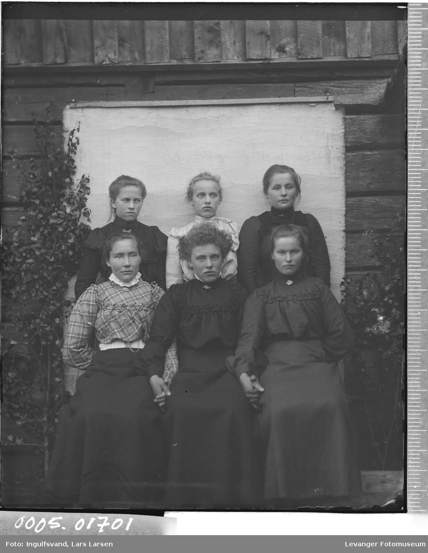 Gruppebilde av seks unge kvinner.