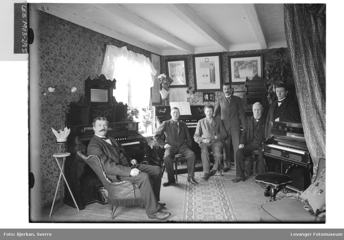 Petter Kahrs Renbjør med ansatte i firmaet Isaachsen og Renbjør i 1903
