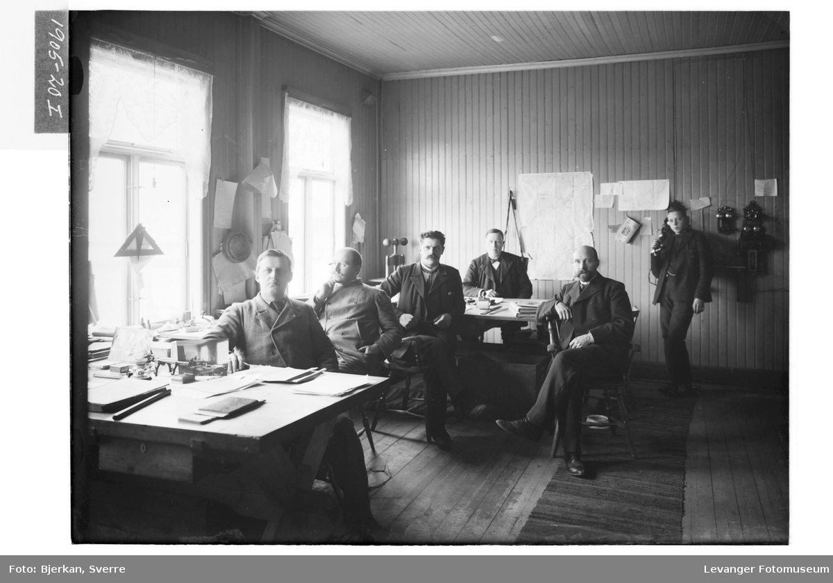 Personer i et kontorlandskap