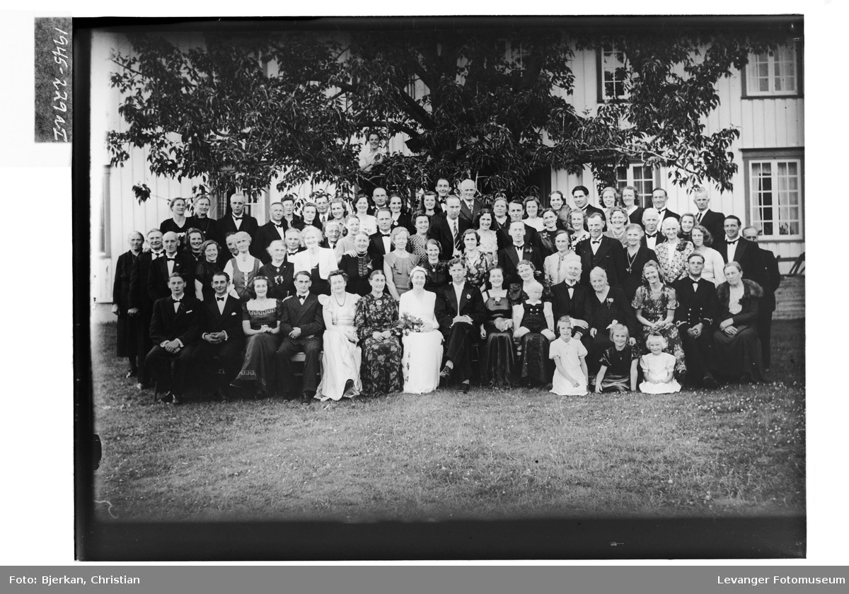 Brudeparet Aasenhus med gjester I