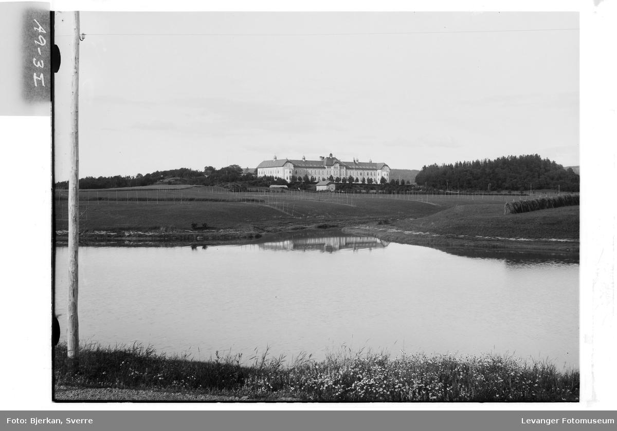 Røstad skole med Levangerelva og Leirabekken