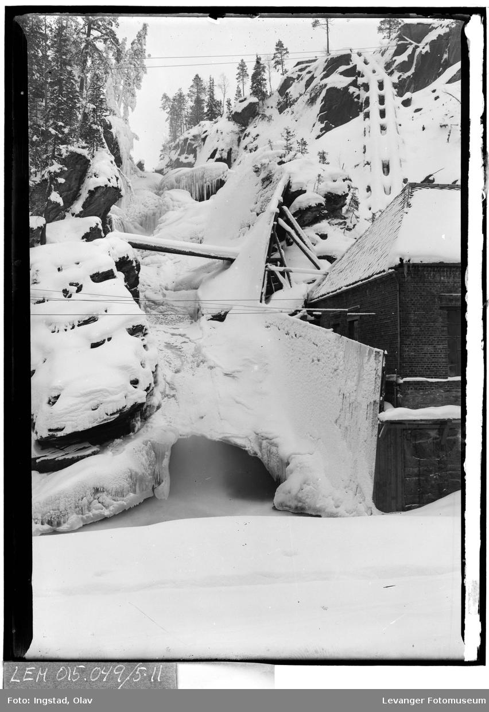 Kraftstasjon i snø og is  (dublett)