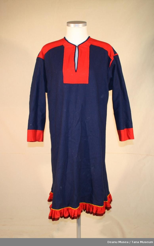 Kofte i mørkeblått ullklede. Holbi i vevd rødt/svart kant-bånd, rødt ullklede. Søm forsterkning i varm gult klede.
