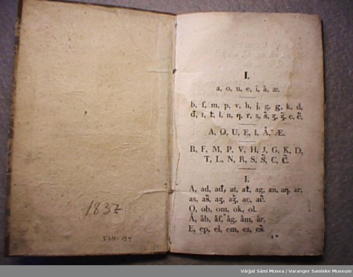 Samisk grammtaikkbok på 46 sider. Første side starter med alfabetet og siste side har tallord.