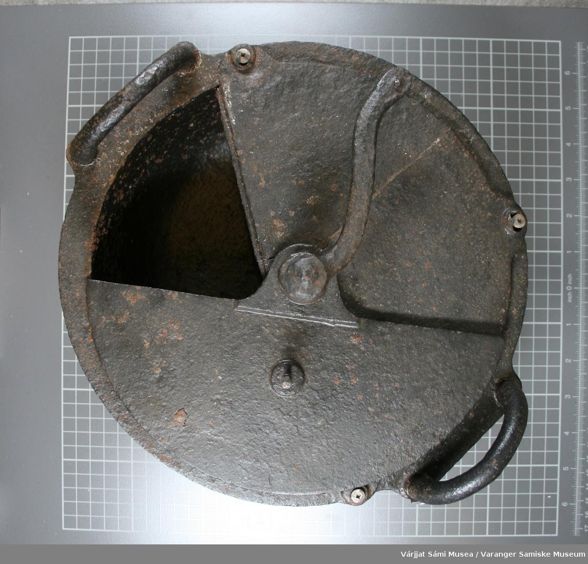Kaffebrenner av støpgods. Ulefoss nr.2.  Formet som en gryte med håndtak (sveiv). Todelt lokk med hengsler.