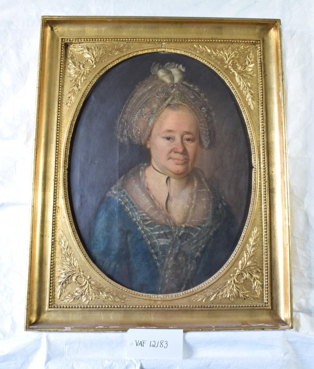 eldre dame med hodeplagg, blå kjole