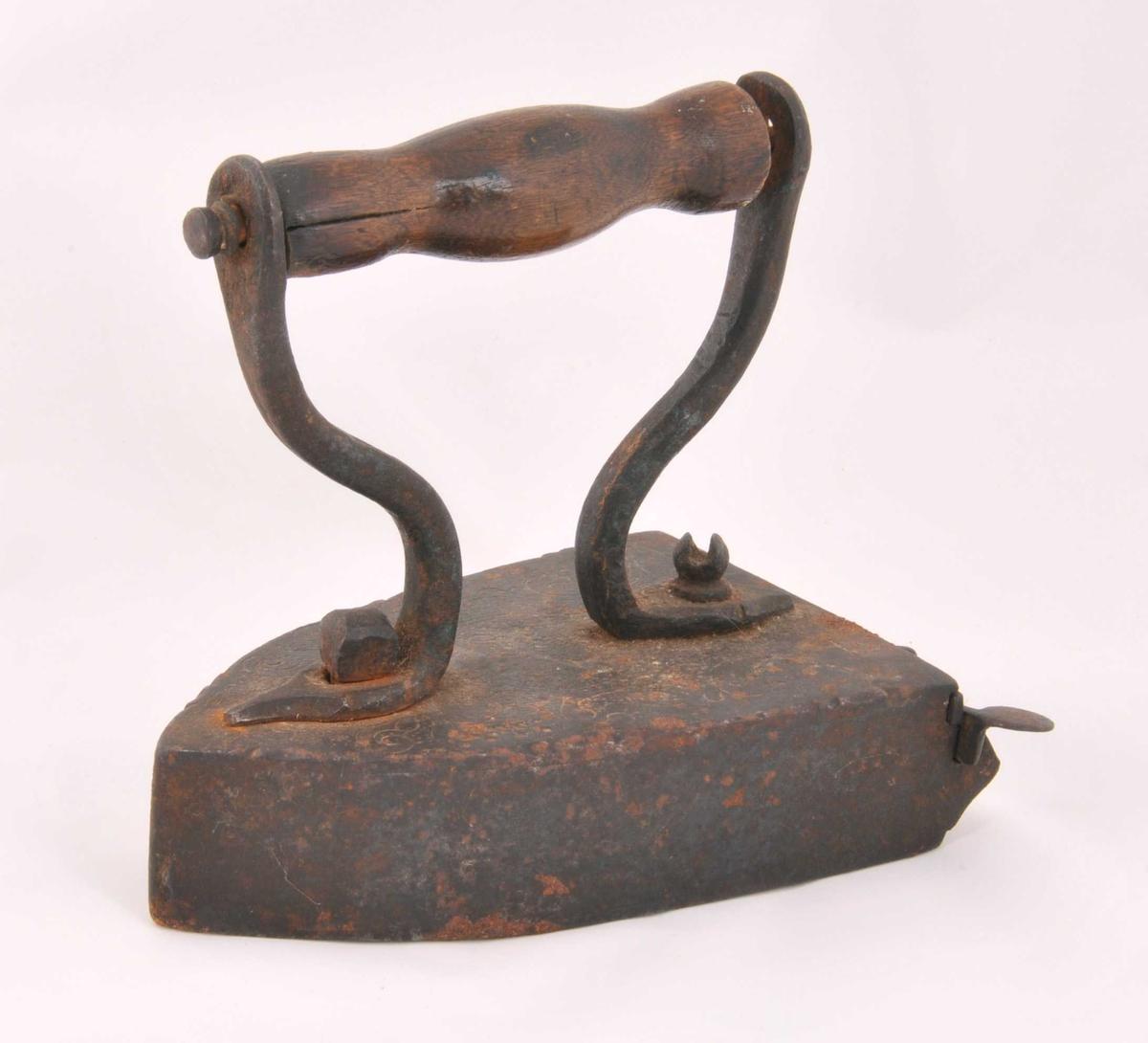 Handtaket er dreia og klinka fast til to jernbøylar. Øvre del av strykejernet er siselera med fint utført akantusornamentikk. Jernbøylane er klinka og skrudd saman til øvre del av jernet. Ein fint utforma låsemekanisme i jern er hengsla til sidene av strykejernet. Inne i jernet er det ein ileggjarbolt i jern.  Gåve