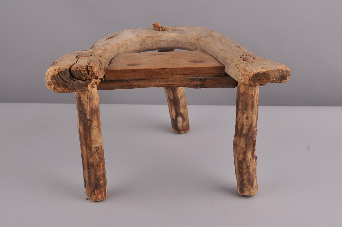 Krakk der beina er skorne til og er  feldt gjennom setet. Setet er av bjørk, der emnet er naturleg sjølvforma. To fjøler er spikra på midtpartiet. Beina er laga av furu.