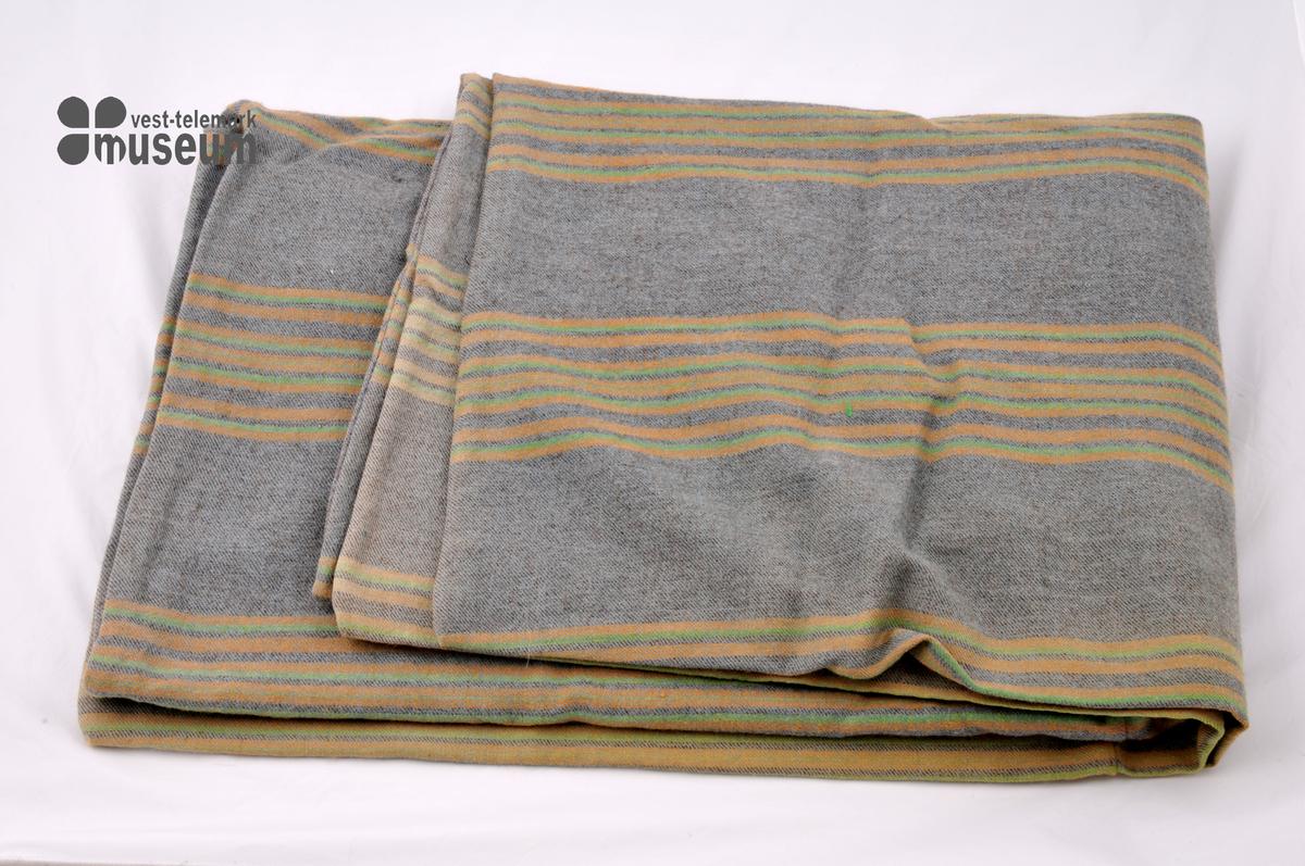 Heimevove dynetrekk i striper. Sydd saman av to lengder.
