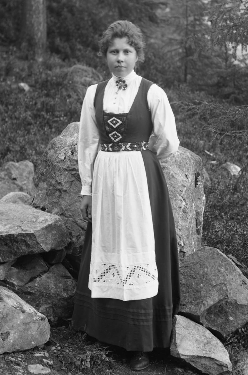 """Ung kvinne i bunad/""""nasjonaldrakt"""", fotografert i skog"""