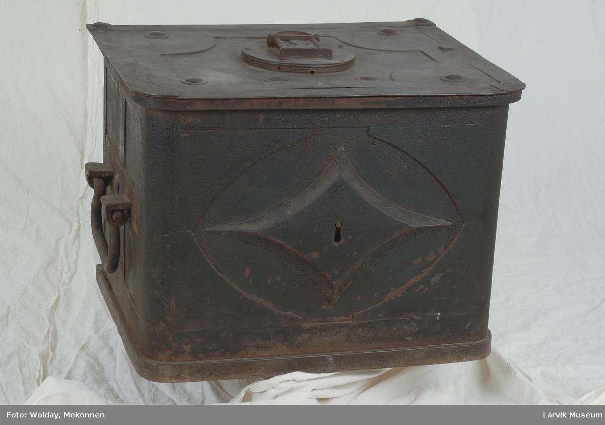 Form: rett lokk m/arv. hjørner i fremkant. lås på lokk