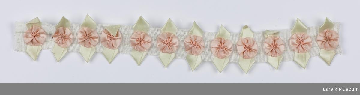 Påsydde rosetter og sløyfer i gjentatt mønster