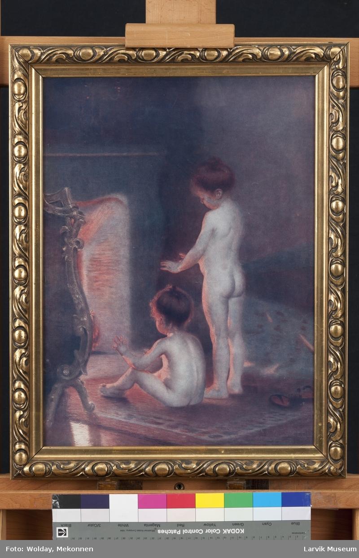 2 småjenter, den ene sittende ved en åpen peis den andre stående ved siden av. Varmen og lyset sees mot jentenes nakne kropper. Interiøret tyder på at de bor i et rikt hjem
