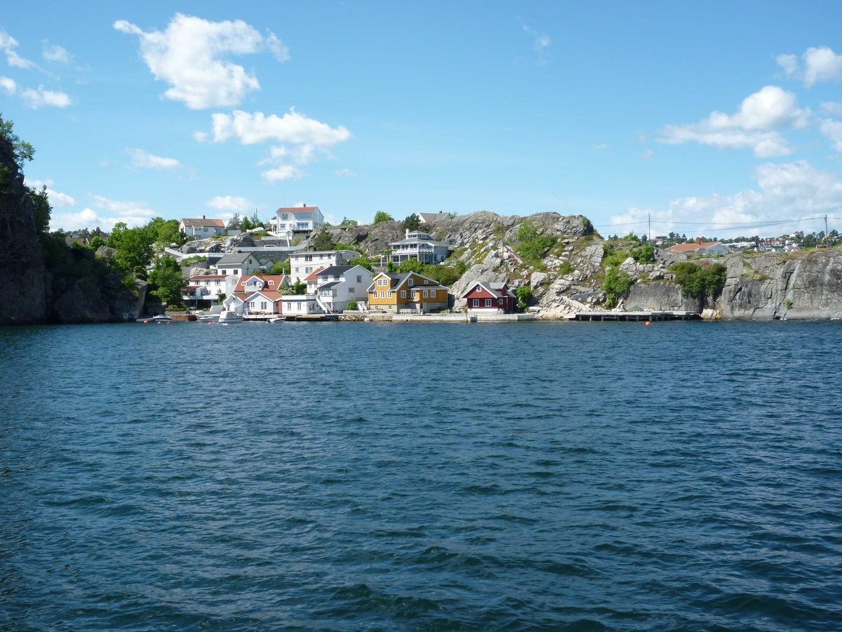 Øya med Urene, Galeiodden, Kragerø by , Stilnestangen og Valberg sett fra sjøen. 16.06.2010